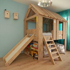 Steigerhout boomhut bed met boekenplanken en glijbaan van muramura.nl