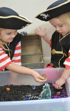 Establecer un bin sensorial búsqueda del tesoro y dejar que los Littles pasan la mañana fingiendo estar piratas- tan divertido!