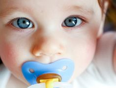 Thumb or pacifier? Do pacifiers really protect against SIDS? How will a pacifier interfere with breastfeeding? What about mother-child bonding? Best Parenting Books, Positive Parenting Solutions, Help Baby Sleep, Baby Weaning, Dental Services, Poor Children, Attachment Parenting, Kids Health, Men Health