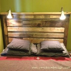 pallet wood headboard with lights Headboards For Beds, Home Projects, Pallet Projects Headboard, Headboard Alternative Diy, Bed Furniture, Reclaimed Wood Beds, Beach Theme Bedroom Decor, Chic Bedroom Decor, Pallet Projects Furniture