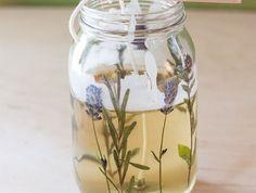 kerzen selber machen - behälter aus glas, lavendel, hölzchen