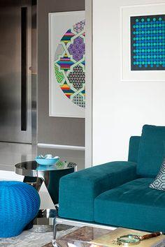 Com a proposta de criar um ambiente jovem e alegre, o designer de interiores Marco Aurélio Viterbo sugeriu o azul, em diversos tons, para pontuar todo o trabalho.