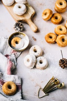 Les beignes saupoudrés de sucre à glacer, c'est un grand classique dans ma famille à Noël. Ma grand-mère avait une recette de beignes qu'elle faisait frire, mais j'ai toujours trouvé le chaudron d'huile trop intimidant pour en faire. Je vous propose donc une recette de beignets sans friture, qui ont l'avantage d'être aussi tendre et moelleux que la recette de mes souvenirs.