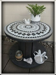 Cable drum table with mosaic electric cable great. Cable drum table with mosaic electric cable great. Diy Cable Spool Table, Cable Drum Table, Wood Spool Tables, Wooden Cable Reel, Wooden Cable Spools, Wire Spool, Pallet Patio Furniture, Diy Furniture, Table Tambour
