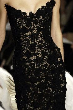 Oscar de la Renta black lace strapless dress - one of the most beautiful dresses i've ever seen Look Fashion, Fashion Beauty, Fashion Shoes, Fashion Details, Dress Fashion, Fashion Design, Mode Glamour, Spring Fashion Trends, Fall Fashion