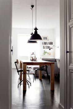 2 #zwarte #hanglampen boven de #eettafel in een simpel #Scandinavisch #interieur. #black #pendant #lights #scandinavian
