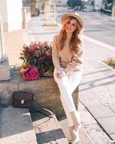 Der perfekte Look mit einer weißen Jeans ist super einfach zusammengestellt. Sehr gut zu einer #WhiteJeans passen Creme Töne wie dieser beige Offshoulder Pullover und die passenden Stiefeletten. Den Look habe ich euch zum nachshoppen auf @21buttons verlinkt 💋 #frühlingsoutfit #springfashion #21buttons #fedora #hut #femininestyle