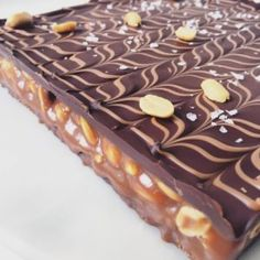 Snickers Snitter fra det første program i Den Store Bagedyst Sweet Desserts, Sweet Recipes, Real Food Recipes, Delicious Desserts, Cake Recipes, Snack Recipes, Dessert Recipes, Yummy Food, Snickers Cake