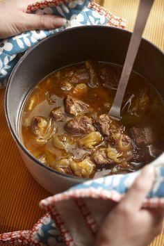 Verwarm de oven voor op 140°C. Bestrooi het vlees met zout en peper en braad het rondom bruin in de olie. Neem het vlees uit de pan. Fruit de sjalotjes en gember lekker handig doordeweeks in het braadvet. Giet bouillon en sinaasappelsap erbij. Voeg de marmelade, sojasaus, kaneel en kruidnagel toe en verwarm zonder te koken. Leg het vlees erin, zet de pan met deksel erop in de oven en stoof circa 2 uur tot het vlees zacht is. Lekker met aardappelpuree en gestoofde witte kool.