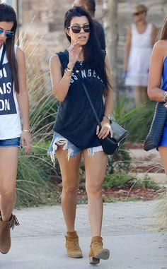 kourtney kardashian t-shirt shorts e bota