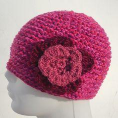 Czapka damska z kwiatkem - YellowMleczyk - Czapki na drutach