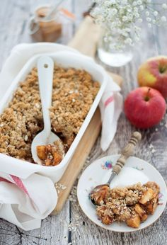 Havermoutcrumble met appel uit de oven Healthy oatmeal crumble with apple from the oven a delicious crumble that you could eat for breakfast and dessert. Healthy Baking, Healthy Snacks, Healthy Recipes, Pureed Food Recipes, Happy Foods, Chia Pudding, Food Inspiration, Breakfast Recipes, Good Food