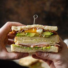 Du hast mal wieder Lust auf einen Klassiker? Da kommt das Club Sandwich Deluxe gerade recht. Egal ob als Snack oder zum Bier. Dieses Fingerfood geht immer.