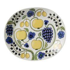 Det vackra ovala fatet Paratiisi från Arabia är designat av Birger Kaipiainen och har en elegant design med sitt rika mönster och härliga färger. Använd fatet till att servera förrätter, snittar eller andra lyxiga delikatesser på och kombinera det tillsammans med andra fina delar ur Paratiisi serien.