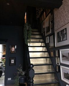 Dark hallway and dramatic gold staircases // painting the steps a metallic colour Interior Pastel, Interior Simple, Home Interior Design, Gothic Interior, Natural Interior, Dark Hallway, Dark Staircase, Upstairs Hallway, Staircase Ideas