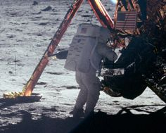 l'une des rare photo de Neil Armstrong, le 21 juillet 1969 sur la lune, près du module lunaire, prise par Buzz Aldrin qui portait l'unique appareil photo. Armstrong nous a quitté le 25 août 2012, suite à des complications chirurgicales cardio-vasculaires à l'âge de 82 ans
