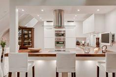 cuisine avec bar plan de travail en bois tabourets de bar et hotte aspirante en…