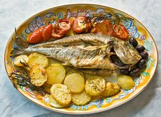 Quante volte vi è capitato di vedere in pescheria delle belle orate, fresche e appena pescate, ma non sapete come cucinarle? Vi avranno detto tutti di preparare l'orata al forno, che è semplice e veloce, ma voi continuate a guardare con riluttanza questo ottimo pesce.  Noi siamo qui apposta p