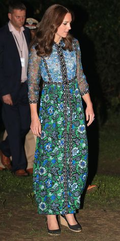 Kate Middleton Print Dress - Kate Middleton made a bright and colorful choice with this Anna Sui floral maxi dress for day 3 of her India tour. Kate Middleton Outfits, Moda Kate Middleton, Looks Kate Middleton, Estilo Kate Middleton, Princesse Kate Middleton, Kate Middleton Prince William, Kate Middleton Photos, Estilo Real, George Of Cambridge