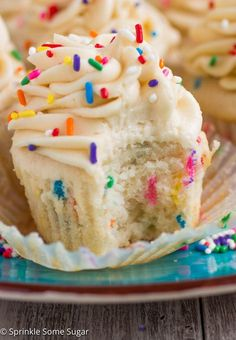 Funfetti Cupcakes with Cake Batter Frosting - Sprinkle Some Sugar Funfetti Cupcakes with Cake Batter Frosting - My favorite basic fluffy vanilla cupcakes chock full of sprinkles and topped with a creamy cake batter frosting! Funfetti Kuchen, Funfetti Cake, Funfetti Cupcake Recipe, Yummy Treats, Sweet Treats, Yummy Food, Easy Cupcake Recipes, Dessert Recipes, Basic Cupcake Recipe