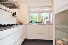 Jaren30woningen.nl | Mooie combinatie een moderne hoekkeuken in een klassieke jaren 30 woning