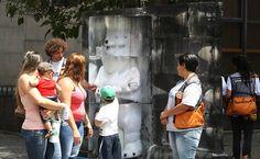 Em plena av. Paulista, ativistas do Greenpeace colocam uma estrutura de gelo com um boneco de urso polar, tenta alertar os pedestres que passam sobre risco do derretimento polar.