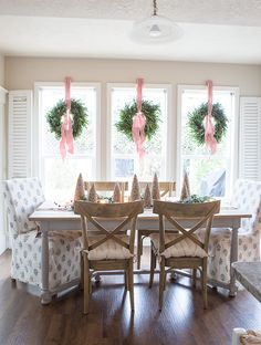 Christmas Wreaths For Windows, Christmas Window Decorations, Christmas Table Centerpieces, Christmas Tablescapes, Window Wreaths, Christmas Candles, Holiday Tables, Christmas Kitchen, Christmas Home