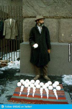 Hombre que vende bolas de nieve. By 9GAG