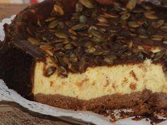 Nowy smak dla miłośników sernika :) Na spodzie kruche kakaowe ciasto, potem masa serową z aromatycznym puree z dyni, a po upieczeniu całość polana polewą czekoladową i udekorowana zrumienionymi pestkami dyni - pycha! Przepis na sernik z dynią na kakaowym spodzie.