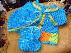 casaquinho em lã com barra formada por squares, gorro e sapatinho
