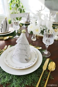 With easy napkin folding tutorials and ideas, you could master the art of folding napkins and impress your guests. Below find some marvelous cloth napkin folding ideas. Christmas Tree Napkin Fold, Christmas Napkins, Christmas Diy, Outdoor Christmas, Christmas Table Settings, Christmas Tablescapes, Christmas Table Decorations, Holiday Tablescape, Decoration Table