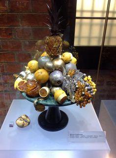 Owocowa kompozycja wykonana ze złoceń oraz bursztynowych elementów.