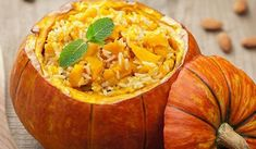 Chicken and pumpkin feature with other classic ingredients in this tasty chicken pumpkin risotto, along with onion, garlic and white wine. Typical Thanksgiving Dinner, Vegetarian Thanksgiving, Thanksgiving Vegetables, Thanksgiving Turkey, Chicken And Pumpkin Risotto, Pumpkin Quinoa, Healthy Halloween Treats, Healthy Treats, Healthy Food