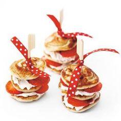 Poffertjes (Dutch mini-blini's) with cream cheese strawberries Birthday Candy, Birthday Treats, Snacks Für Party, Party Treats, Poffertjes Recipe, Tapas, Mini Pancakes, Dutch Pancakes, Strawberries And Cream