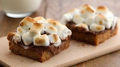 Warm Toasted Marshmallow S'mores Bars: Ingredients 1 pouch lb oz) Betty Crocker™ sugar cookie mix 1 cup graham cracker crumbs 1 cup butter or margarine, melted 3 cups milk chocolate chips oz) 4 cups miniature marshmallows Cookie Desserts, Cookie Bars, Easy Desserts, Cookie Recipes, Delicious Desserts, Dessert Recipes, Yummy Food, Dessert Ideas, Bar Cookies