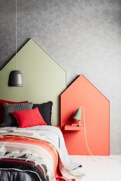 DIY headboard and matching headboard for a little shelf - bedside table.  / Une tête de lit et sa table de nuit incorporée /