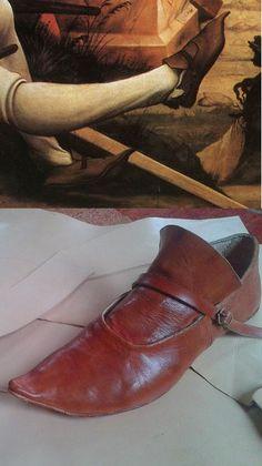Rekonstrukcje szewskie Krügera von Sandez --- Rekonstrukcja buta jaki widnieje na obrazie zmartwychwstania z Ołtarza z Isenheim. Datowanie to schyłek XV wieku choć tego typu buty spotyka się na ikonografii okresu co najmniej 100 lat wcześniejszego. Szyte z naturalnych skór 2 mm i 6 mm grubości. pojedyncza podeszwa. szyte na wywrotkę i krawędziowo. zapinane na mosiężną klamerkę i obszyte gesto na krawędzi. .....