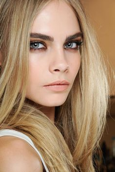 Idée Maquillage 2018 / 2019 : Cara Delevingne one of the only super famous models that seems to have a perso Day Makeup, Beauty Makeup, Makeup Looks, Hair Beauty, Makeup Ideas, Runway Makeup, Makeup Inspo, Cara Delevingne, Cara Delevigne Makeup