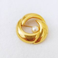 Vintage Napier Signed Brooch Round Gold Toned and Faux Pearl Scarf or Sweater Pin 80s Jewelry, Pearl Jewelry, Bridal Jewelry, Vintage Jewelry, Vintage Items, Fine Jewelry, Pearl Earrings, Jewellery, Pearl Brooch