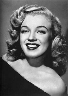 Marilyn Monroe was born Norma Jeane Mortenson on June 1926 in Los Angeles, California. Marylin Monroe, Fotos Marilyn Monroe, Marilyn Monroe Makeup, Rihanna, 40s Mode, Photos Rares, 1940s Hairstyles, Short Hairstyles, Marilyn Monroe Hairstyles