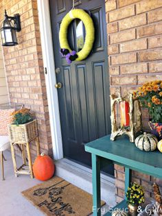 Festive Fall Front Porch on a Budget from FrySauceandGrits.com #fall #frontporch #decor #festive #halloween #outside