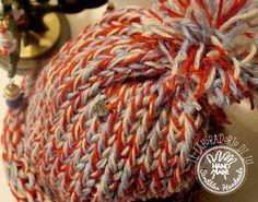 Cappellino in lana a tre fili con il telaio circolare http://diy-scribbles-handmade.blogspot.it/2014/12/potevo-non-provare-il-telaio-circolare.html Potevo non provare il telaio circolare?#cappelo #berretto #lana #telaiocircolare #ponpon