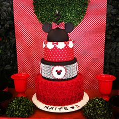 Bolo Minnie #bolominie #bolofake #bolobiscuit #festaminnie #decoracaominie #mesaminie #minnie
