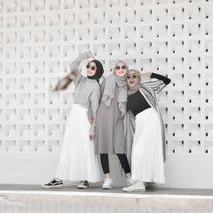 Hijab Fashion, Fashion Outfits, Ootd Hijab, Besties, Raincoat, Outfit Ideas, Friends, Casual, Jackets