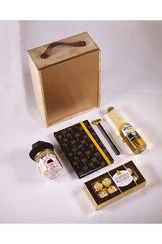 Es difícil pensar en regalos para hombres, son complicados, y algunas veces es más fácil lo simple, unos chocolates ferrero, una cerveza corona, unos pequeños masmelos, y una agenda con un esfero de superherore. Claro, todo en una presentación adecuada, en una caja en madera con un acabado de lujo y una manija en cuero. Chocolates Ferrero Rocher, Mini, Store, Men Gifts, Birthday Gifts, Gifts For My Boyfriend, Boyfriends, Corona Beer, Personalized Gifts