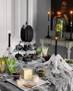 20 Halloween table decorations that will bring out the Halloween mood. Halloween table decoration is essential part of any Halloween dinner or party. Halloween 2018, Table Halloween, Halloween Table Decorations, Halloween Dinner, Halloween Party Decor, Halloween Themes, Glitter Decorations, Halloween Kitchen Decor, Creepy Halloween