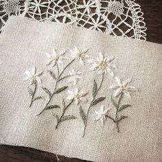 雪のような花びらなんだ。 この花を見つけたら、きっと妖精に出くわしたような気持ちになるのでしょう。 #刺繍 #刺しゅう #エーデルワイス