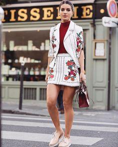 Morning in Saint Germain!🌹 Manhã no Bairro Saint Germain, que é cheio de restaurantes e cafés deliciosos! Usando look lindo de @annefernandesoficial! #fhitsparis @fhits (📸@viegasjoao)