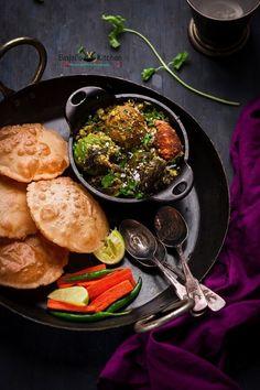 Surti Undhiyu aka Gujarati Undhiyu, is a winter delicacy. Surti Undhiyu is a combination of winter veggies, fenugreek dumplings cooked in spices. Undhiyu Recipes, Vegetarian Recipes, Cooking Recipes, Healthy Recipes, Bangladeshi Food, Indian Side Dishes, Comida India, Indian Veg Recipes, Gastronomia