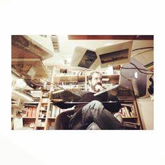 #autoretrato #selfie #canon6D #24mm #eosutility #treintaytantos #project #canon #macbookpro #estudio #mesa #table #cristal #glass #libreria